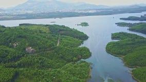 在蓝色美妙的平静的高地湖的上部飞行 影视素材
