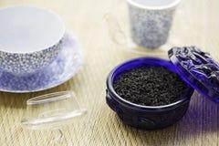 在蓝色老玻璃罐头的厄尔灰色茶 免版税库存照片