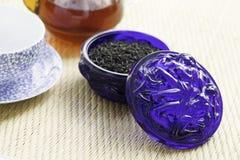 在蓝色老玻璃罐头的厄尔灰色茶 库存照片