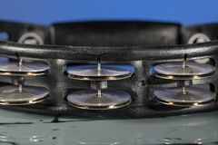 在蓝色背景前面的一个黑小手鼓 免版税库存照片