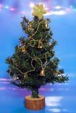 在蓝色背景和光的圣诞树 免版税库存图片
