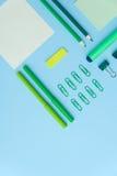 在蓝色背景桌上的办公用品 免版税库存照片