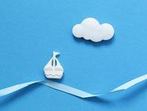 在蓝色背景的一条小船 免版税库存图片