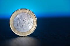 在蓝色背景的一枚欧洲硬币 免版税库存图片