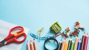 在蓝色背景的不同的学校或办公用品 教育或企业概念 文本的空的安排 平的位置 免版税图库摄影