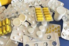 在蓝色背景的不同的药片 免版税库存照片