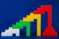 在蓝色背景的五颜六色的塑料大厦砖 免版税库存图片