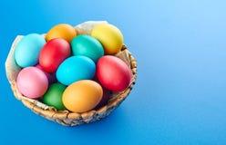 在蓝色背景的五颜六色的复活节彩蛋构成 免版税库存图片