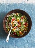 在蓝色背景的以色列cous cous ptitim菜tabbouleh沙拉,顶视图 素食食物 图库摄影