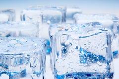 在蓝色背景的冰块 免版税库存照片
