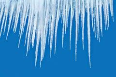 在蓝色背景的冰柱 库存图片