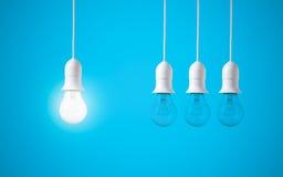 在蓝色背景的区别电灯泡 新的想法的概念 库存图片
