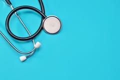 在蓝色背景的医疗听诊器 库存图片