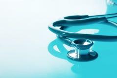 在蓝色背景的听诊器 免版税库存图片