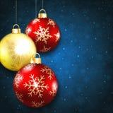 在蓝色背景的圣诞节球 库存图片