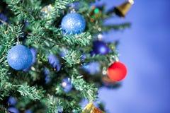 在蓝色背景的圣诞节装饰 免版税库存照片