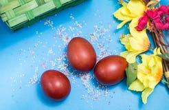 在蓝色背景的复活节彩蛋 免版税图库摄影