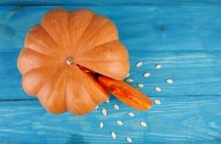 在蓝色背景的大鲜美南瓜 在倾吐的餐馆沙拉的主厨概念食物新鲜的厨房油橄榄 库存照片
