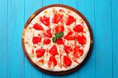 在蓝色背景的季节性果子草莓薄饼 免版税库存图片
