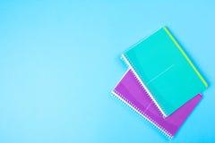 在蓝色背景的学校文具与copyspace 免版税库存图片