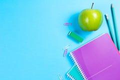 在蓝色背景的学校文具与copyspace 库存照片