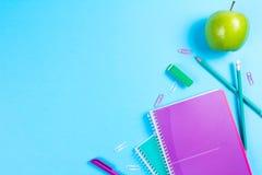在蓝色背景的学校文具与copyspace 库存图片