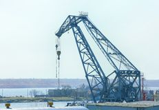 在蓝色背景的建筑用起重机 库存图片