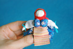 在蓝色背景的手工制造五颜六色的玩偶 图库摄影