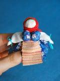 在蓝色背景的手工制造五颜六色的玩偶 免版税库存图片