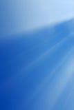 在蓝色背景的抽象白光 库存照片