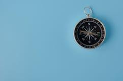 在蓝色背景的指南针 库存图片