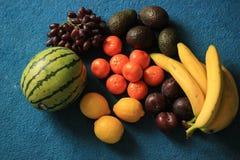 在蓝色背景的新鲜的有机果子 库存照片