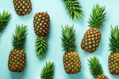 在蓝色背景的新鲜的菠萝 顶视图 流行艺术设计,创造性的概念 复制空间 明亮的菠萝样式 库存照片