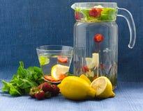 在蓝色背景的柠檬水 免版税库存照片