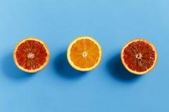在蓝色背景的桔子 免版税库存照片