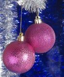 在蓝色背景的欢乐圣诞节球 图库摄影