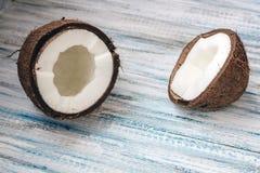在蓝色背景的残破的椰子 免版税库存图片