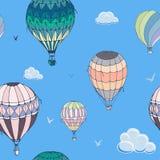 在蓝色背景的气球无缝的样式 飞行在被覆盖的天空的许多不同地色的镶边气球 库存例证