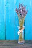 在蓝色背景的淡紫色静物画 免版税库存照片