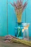 在蓝色背景的淡紫色静物画 图库摄影
