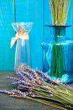 在蓝色背景的淡紫色静物画 免版税库存图片