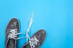 在颜色背景,平的位置的运动鞋 库存照片