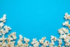 在蓝色背景的玉米花,文本的空的空间 免版税库存照片