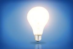 在蓝色背景的电灯泡 库存照片