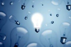 在蓝色背景的电灯泡 免版税库存图片