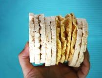 在蓝色背景的白米薄脆饼干 免版税库存照片