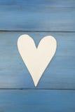 在蓝色背景的白色心脏,木头绘了希腊蓝色 免版税库存图片