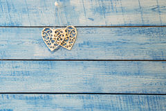 在蓝色背景的白色心脏 图库摄影