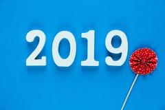 在蓝色背景的白色木第2019年 创造性的圣诞节和新年背景,装饰,明信片 库存图片