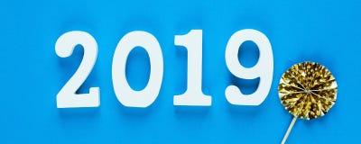 在蓝色背景的白色木第2019年 创造性的圣诞节和新年背景,装饰 库存照片